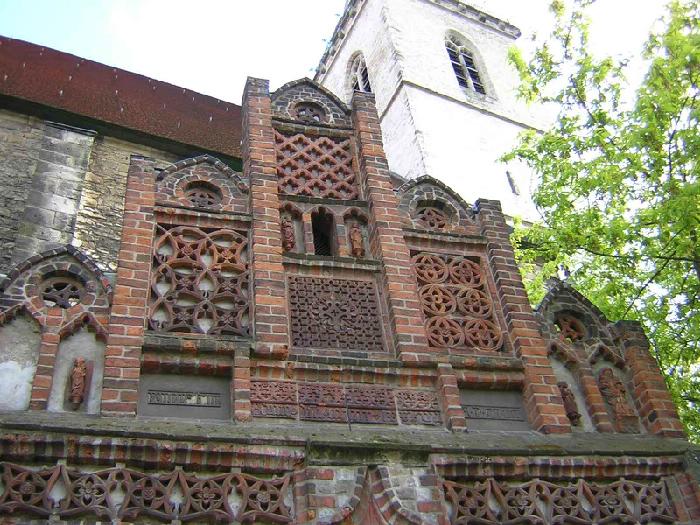 Staffelgiebel über dem Eingangsportal (1487)