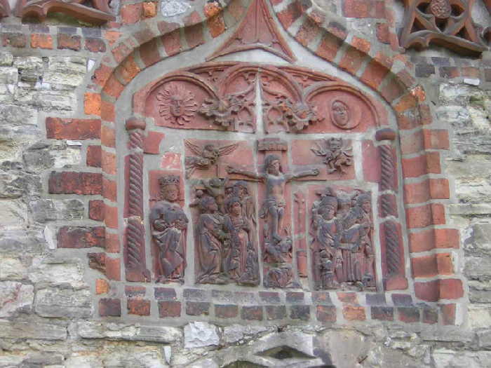 Kreuzigungsrelief über der Mitte des Portals