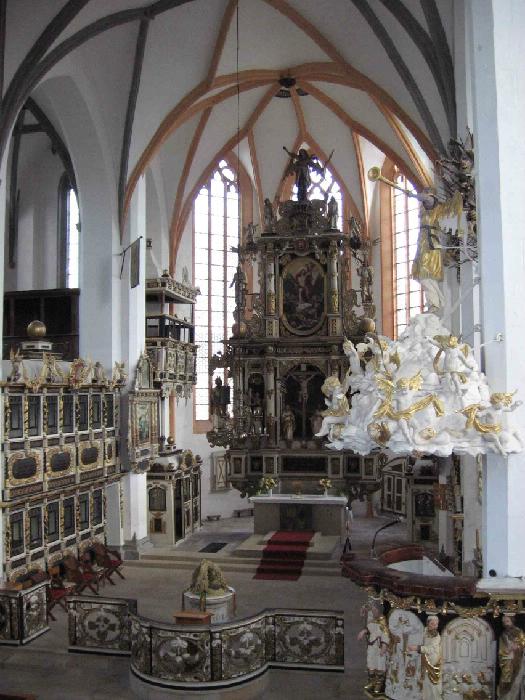 Innenraum mit Kanzel, Altar, Chorschranke und Ratsherrenstuhl